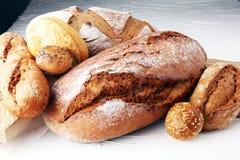Concept de boulangerie avec du pain et des petits pains de pain sur le fond blanc Photographie stock