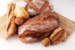 Concept de boulangerie avec du pain et des petits pains de pain sur le fond blanc Images stock