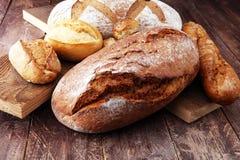 Concept de boulangerie avec du pain et des petits pains de pain sur le fond en bois Images stock