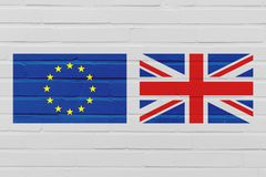 Concept de Brexit avec le drapeau de l'Union européenne et du Royaume-Uni sur le mur de briques photographie stock