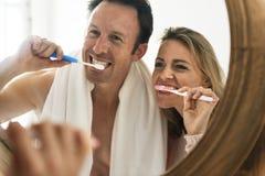 Concept de brossage d'amour de dents de couples Image libre de droits