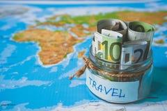 Concept de budget de vacances L'épargne d'argent de vacances dans un pot en verre photo stock