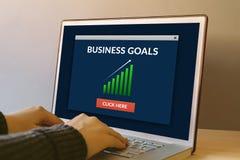 Concept de buts d'affaires sur l'écran d'ordinateur portable sur la table en bois Photo stock