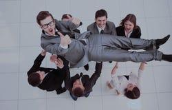 Concept de célébrer le succès équipe heureuse d'affaires souriant, shak Image stock