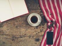 Concept de café avec la tasse, un livre et un téléphone intelligent Photos libres de droits