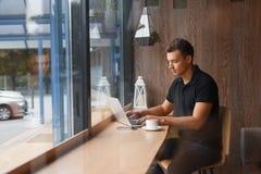 Concept de café de travail de café d'ordinateur portable d'homme images libres de droits