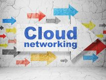 Concept de calcul de nuage : flèche avec la mise en réseau de nuage sur le fond grunge de mur Image libre de droits