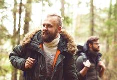 Concept de camp, d'aventure, de déplacement et d'amitié Photo stock