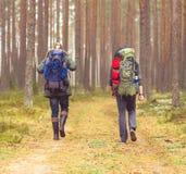 Concept de camp, d'aventure, de déplacement et d'amitié Photos stock