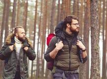 Concept de camp, d'aventure, de déplacement et d'amitié Photos libres de droits