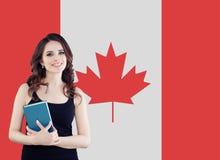 Concept de Canada Étudiante de jeune femme avec le drapeau du Canada Vivant, travail, éducation et stage au Canada photo stock