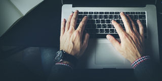 Concept de carnet de Working Typing Connect d'homme d'affaires Photographie stock
