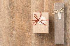 Concept de carte de voeux de donner le présent et le Valentine, l'anniversaire, le jour de mère et la surprise d'anniversaire photographie stock libre de droits