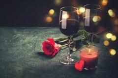Concept de carte de voeux de jour de valentines Les verres de vin, rose et peuvent Image stock