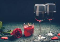 Concept de carte de voeux de jour de valentines Les verres de vin, rose et peuvent Photos stock