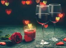 Concept de carte de voeux de jour de valentines Les verres de vin, rose et peuvent Photos libres de droits