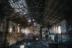 Concept de catastrophe, à l'intérieur du vieux bâtiment industriel abandonné ruiné d'usine, grand intérieur rampant de hall photographie stock libre de droits