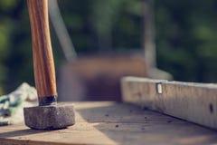 Concept de chantier de construction avec un maillet et un niveau en bois Image stock