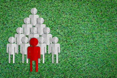 Concept de chef avec l'homme rouge dans l'avant de la rangée Images stock