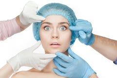 Concept de chirurgie plastique Mains de docteur dans les gants touchant le visage de femme images libres de droits