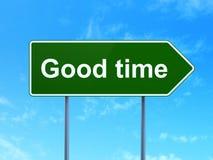 Concept de chronologie : Bon temps sur le fond de panneau routier Image stock