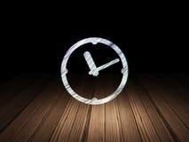 Concept de chronologie : Horloge dans la chambre noire grunge Photos stock