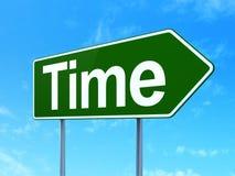 Concept de chronologie : Temps sur le fond de panneau routier Images stock