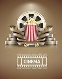 Concept de cinéma avec le rétro style de maïs éclaté et de cinefilms Photo libre de droits