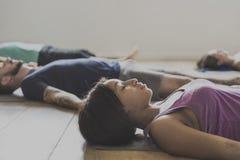 Concept de classe d'exercice pratique de yoga image libre de droits