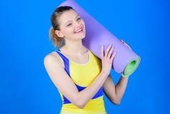 Concept de classe de yoga Yoga comme passe-temps et sport Yoga de pratique chaque jour Tapis convenable mince de forme physique d photographie stock libre de droits