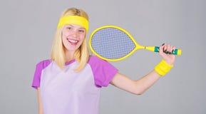 Concept de club de tennis Tennis blond adorable de jeu de fille Sport pour la sant? de maintien Loisirs et passe-temps actifs ath images stock