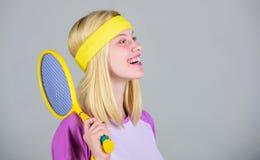 Concept de club de tennis Loisirs et passe-temps actifs Sport et divertissement de tennis Tennis blond adorable de jeu de fille d photos stock
