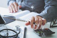 Concept de coûts et d'honoraires de soins de santé La main du docteur futé a employé un Ca Image libre de droits