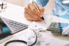 Concept de coûts et d'honoraires de soins de santé La main du docteur futé a employé un Ca Images libres de droits