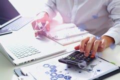 Concept de coûts et d'honoraires de soins de santé La main du docteur futé a employé un Ca Photo libre de droits