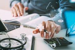 Concept de coûts et d'honoraires de soins de santé La main du docteur futé a employé un Ca Photo stock