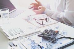 Concept de coûts et d'honoraires de soins de santé La main du docteur futé a employé un Ca Image stock