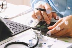 Concept de coûts et d'honoraires de soins de santé La main du docteur futé a employé un Ca Photos stock