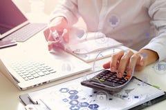 Concept de coûts et d'honoraires de soins de santé La main du docteur futé a employé un Ca Images stock