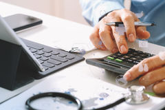 Concept de coûts et d'honoraires de soins de santé La main du docteur futé a employé un Ca Photographie stock