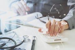 Concept de coûts et d'honoraires de soins de santé La main du docteur futé a employé un Ca Photographie stock libre de droits