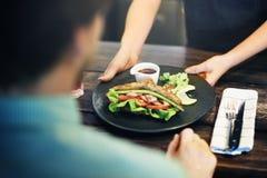 Concept de commande de nourriture de portion de croissant de salade images stock