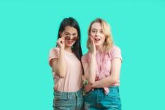 Concept de communication et d'amitié - jeunes femmes de sourire buvant du café et bavardant au café de rue Photos libres de droits