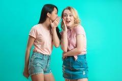 Concept de communication et d'amitié - jeunes femmes de sourire buvant du café et bavardant au café de rue Photo stock