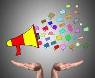 Concept de communication soutenu par les mains ouvertes images stock