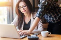Concept de compagnie de démarrage Gens d'affaires asiatiques se réunissant dans le bureau images stock