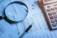 Concept de comptabilité de finances stylo et calculatrice avec magnifier g image stock