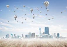 Concept de concept de pollution atmosphérique avec des aérostats volant au-dessus de la ville Photo libre de droits