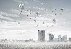 Concept de concept de pollution atmosphérique avec des aérostats volant au-dessus du CIT Photos libres de droits