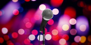 Concept de concert de musique en direct Microphone sur le support sur le fond de bokeh, bannière illustration 3D Illustration Stock